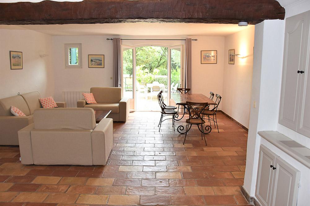 La Rabeaudière 1 : Esszimmer mit Zugang zur Terrasse