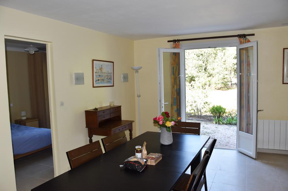 Villa du Parc: woonkamer met openslaande deuren naar het terras